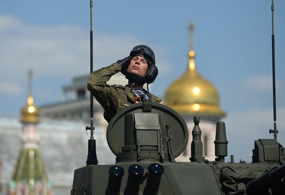 Le soldat lors d'un défilé militaire sur la Place Rouge