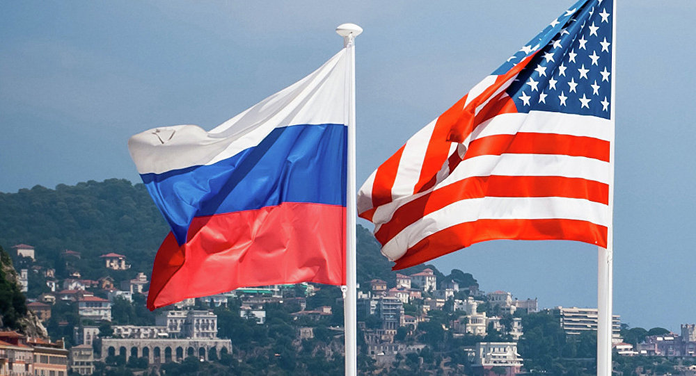 Les drapeaux de la Russie et des Etats-Unis