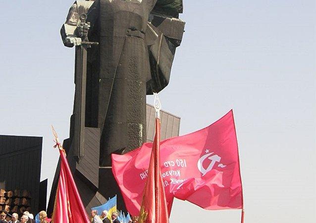 Une copie de la Bannière de la Victoire à Donetsk, en Ukraine
