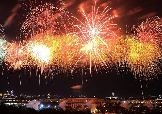 Feu d'artifice à l'occasion du 71e anniversaire de la Victoire