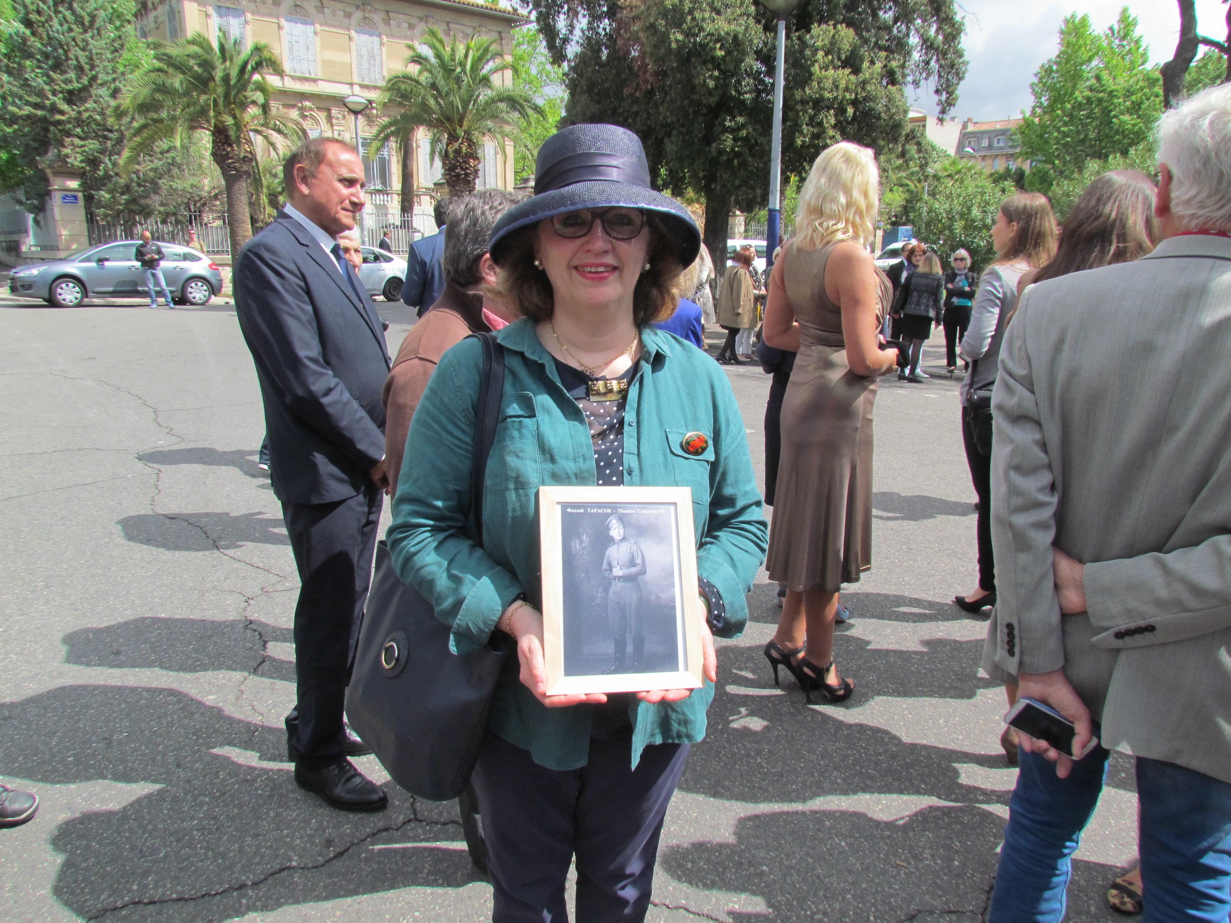 La petite-fille d'un membre de la 1 brigade de l'infanterie du Corps expéditionnaire russe avec la photo de son grand-père.
