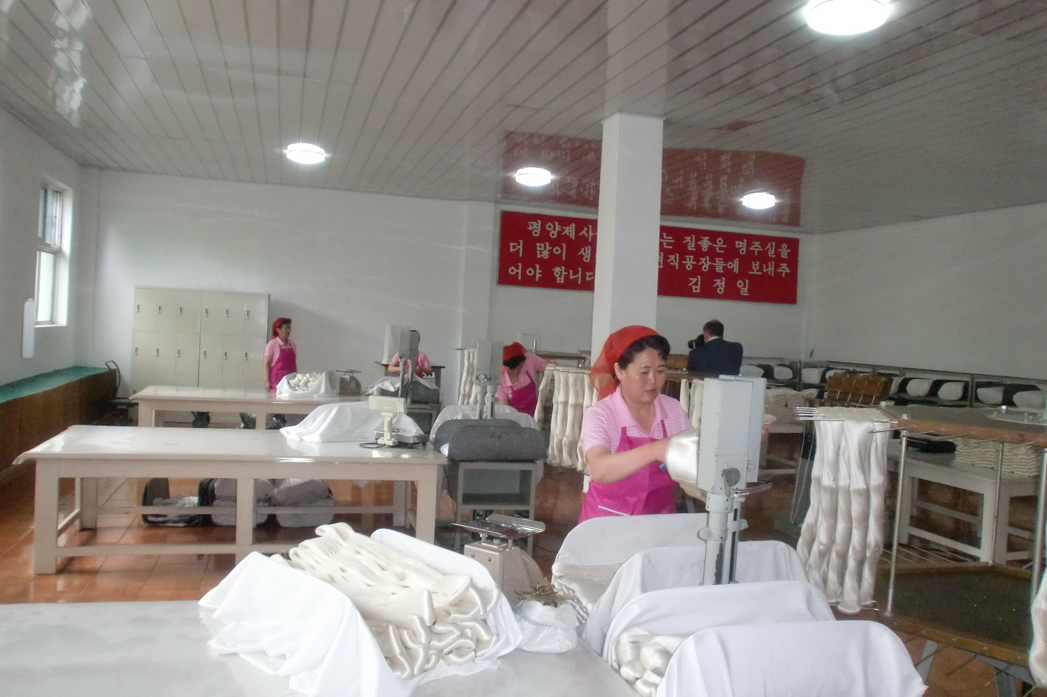 Une fabrique de soie à Pyongyang
