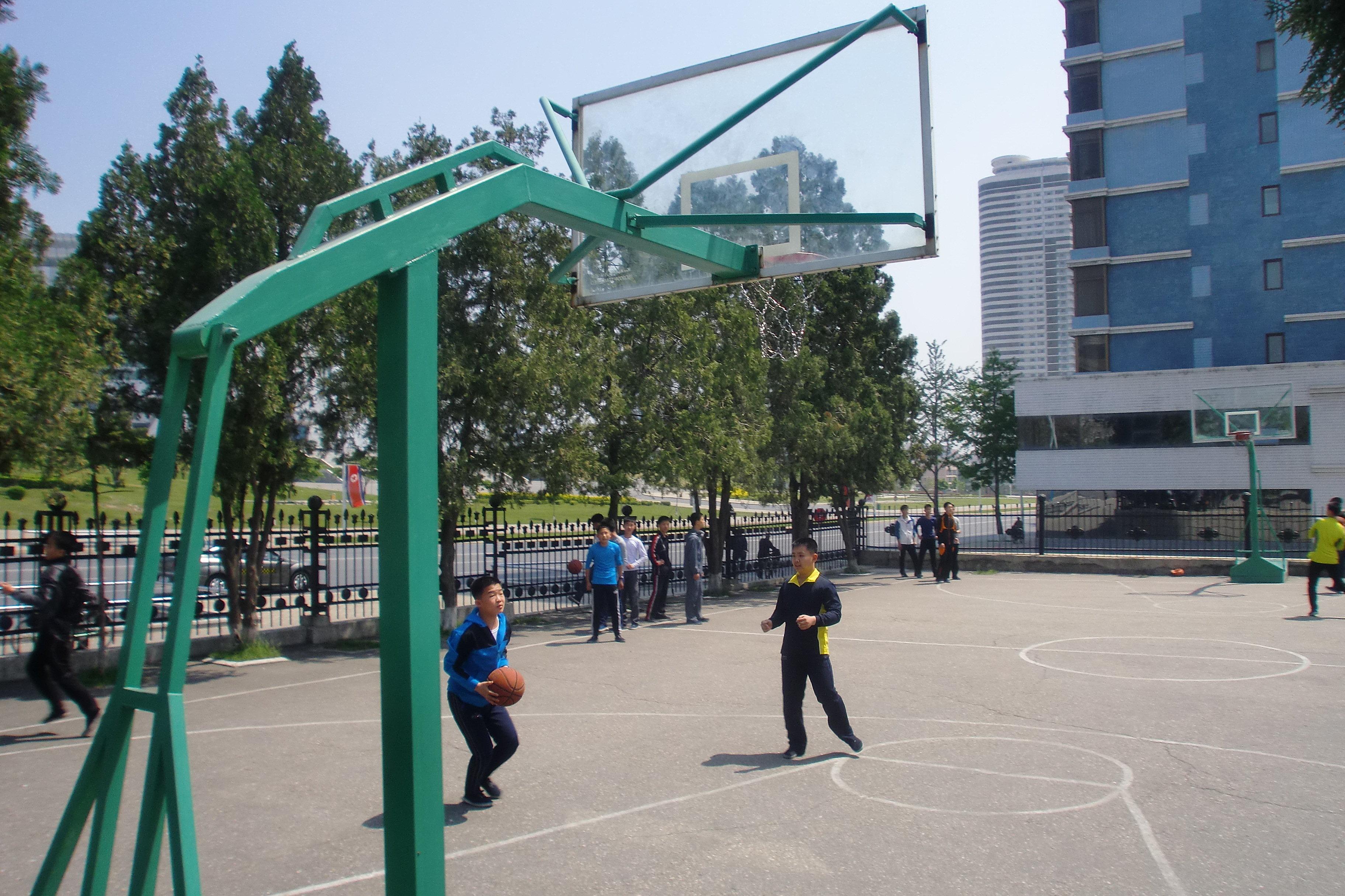Des jeunes Nord-Coréens jouent au basket à Pyongyang