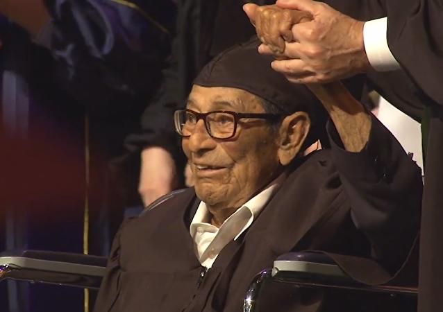 Alfonso  Gonzales, de Hermosa Beach en Californie de 96 ans obtient un diplôme à l'Université de Californie du Sud (USC)