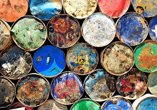 Accros au pétrole: comment les pays tentent de survivre à l'or noir bon marché