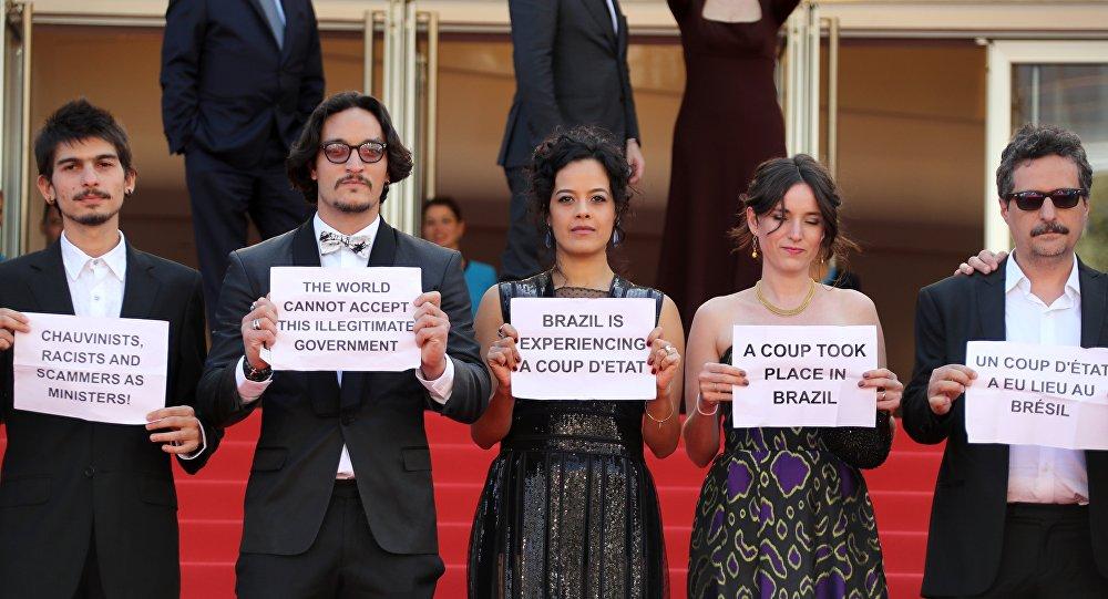 Manif contre le coup d'Etat au Brésil sur le tapis rouge de Cannes