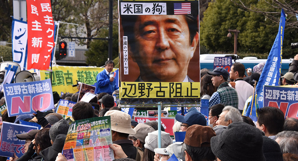protestations devant la base US à Okinawa