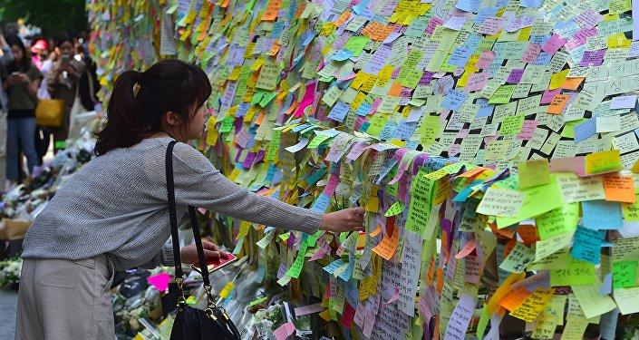 Un mur de chrysanthèmes contre le meurtre sexiste d'une Sud-Coréenne