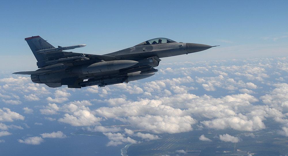 Un chasseur américain F-16