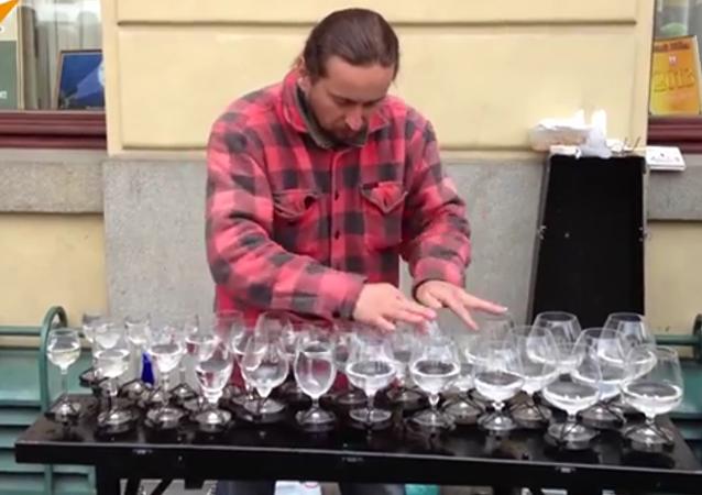 Quand les verres de vin se transforment en un instrument de musique