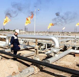 Un ouvrier se promène au champ pétrolier de Nahr Bin Umar, au nord de Bassorah, en Irak le 21 Décembre 2015