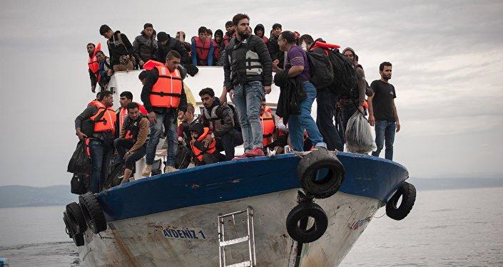Un bateau de sauvetage avec des migrants à bord lance des S.O.S en Méditerranée