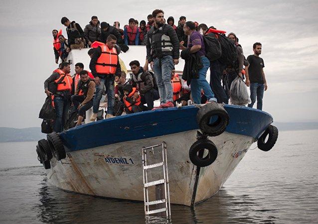 Un bateau de sauvetage avec des migrants à bord