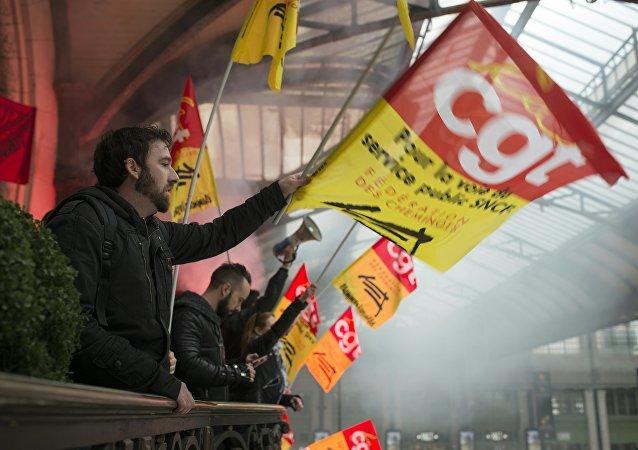 Des manifestants empêchent tout départ de train de la Gare de Lyon à Paris