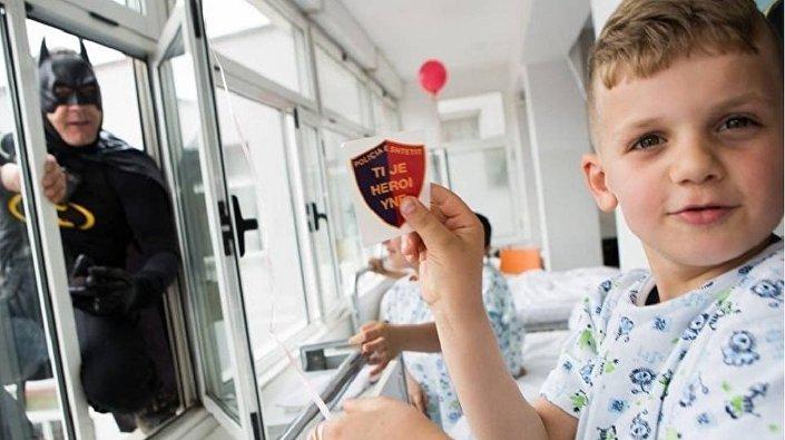 Des policiers albanais se déguisent en superhéros pour des enfants hospitalisés