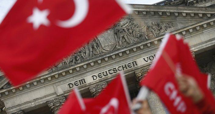 Des ressortissants turcs protestent contre la résolution du Bundestag sur le génocide arménien