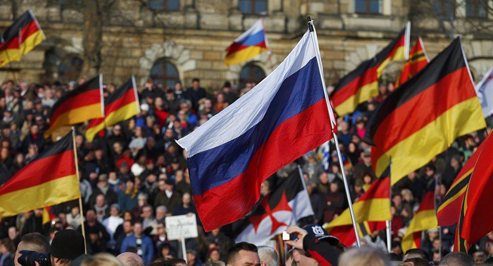 Les drapeaux russe et allemand
