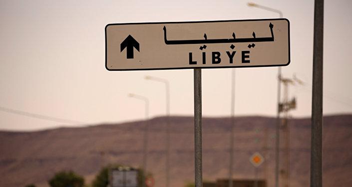 Panneau de signalisation installé près du poste de passage de Dhiba à la frontière entre la Tunisie et la Libye, 11 avril 1016