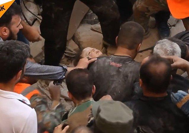 Les sauveteurs ont extrait une petite fille des débris en Syrie