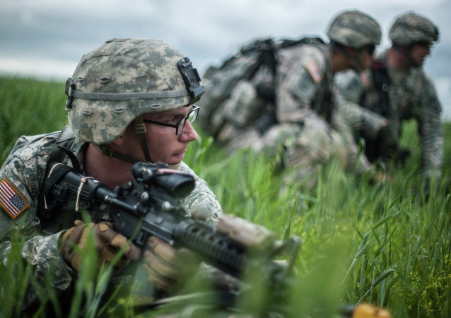 A US para-trooper of the Army's 4th 25 Infantry Brigade Combat Team (Airborne), part of the NATO-led peacekeeping mission in Kosovo (KFOR) takes part in a military drill near the village of Ramjan on May 27, 2015.