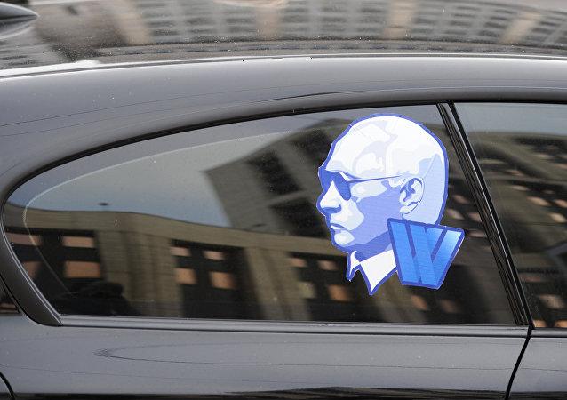 voiture avec collé sur la vitre