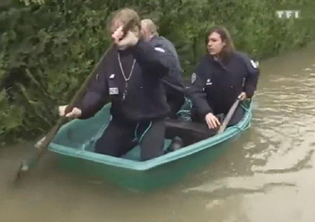 Trois policiers dans une barque