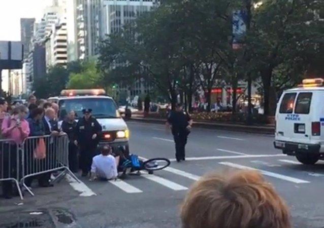 La mésaventure d'un cycliste qui se trouvait sur le route d'Obama