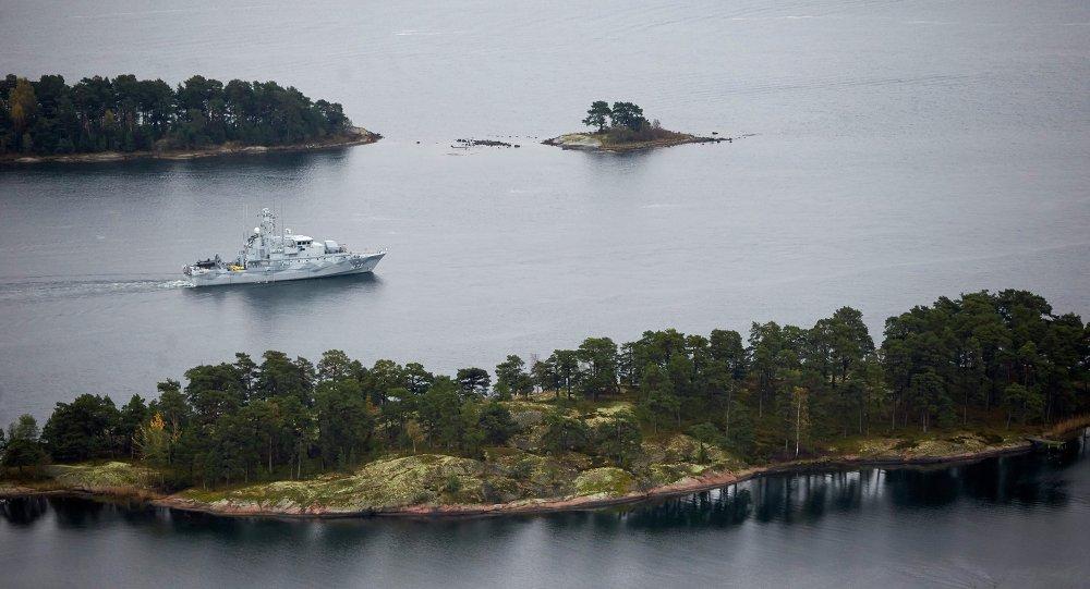 Un bâtiment de guerre suédois en patrouille dans l'archipel de Stockholm