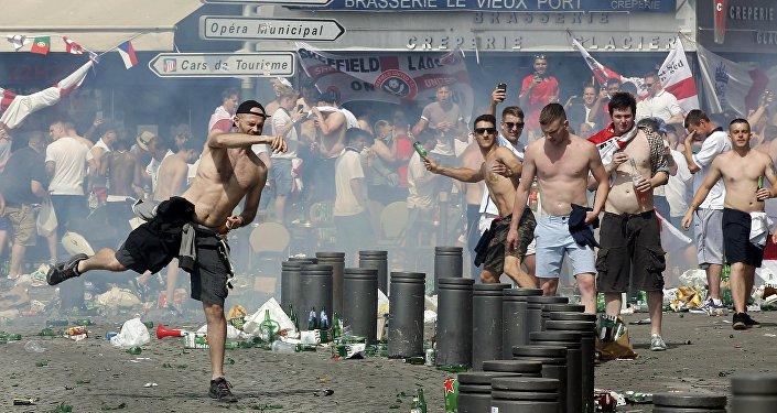 Des supporters anglais jettant des projectiles dans le Vieux-Port de Marseille après le match Angleterre-Russie
