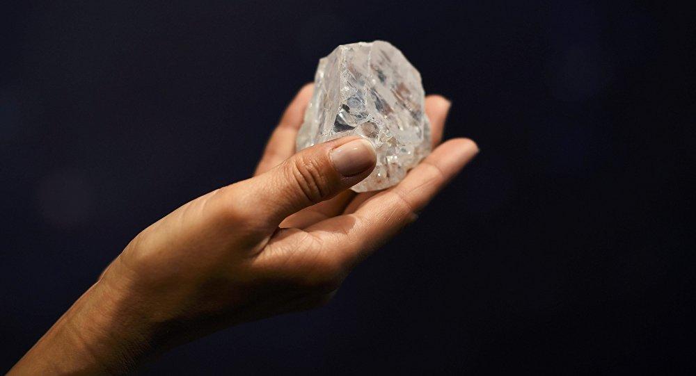 La présentation du diamant Lesedi La Rona de 1.109 carats , le plus gros diamant brut découvert dans plus de 100 ans à Londres
