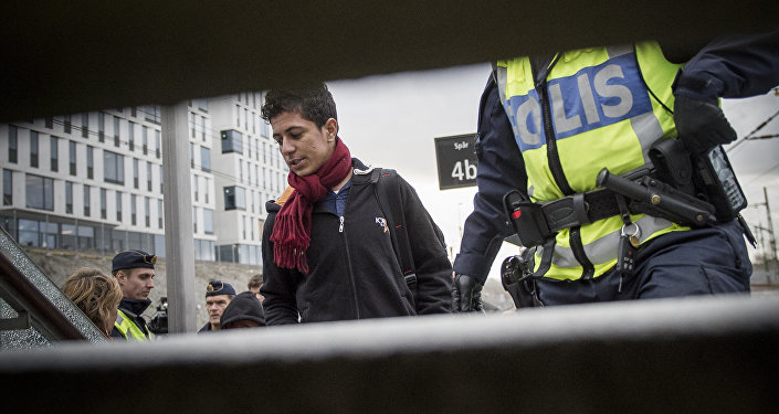 Migrants are checked by the police at Hyllie train station in Malmoe, Sweden (imade de démonstration)