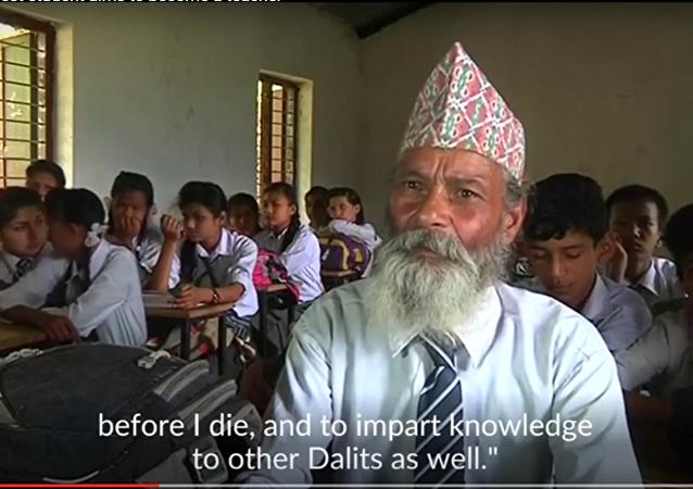 Un Népalais retourne à l'école à 68 ans