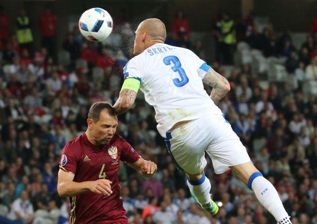 Le joueur de football de l'équipe de Russie Sergueï Ignachevitch et le Slovaque Martin Skrtel lors du match de l'Euro 2016