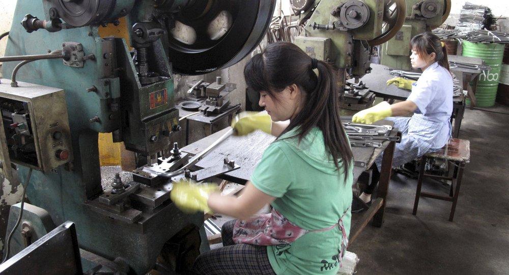 Les ouvriers font des pièces métalliques dans une usine de Changzhou Wujin Zhengda Vehicle Industry Co. Ltd à Changzhou, province du Jiangsu, en Chine, le 9 Juillet 2015