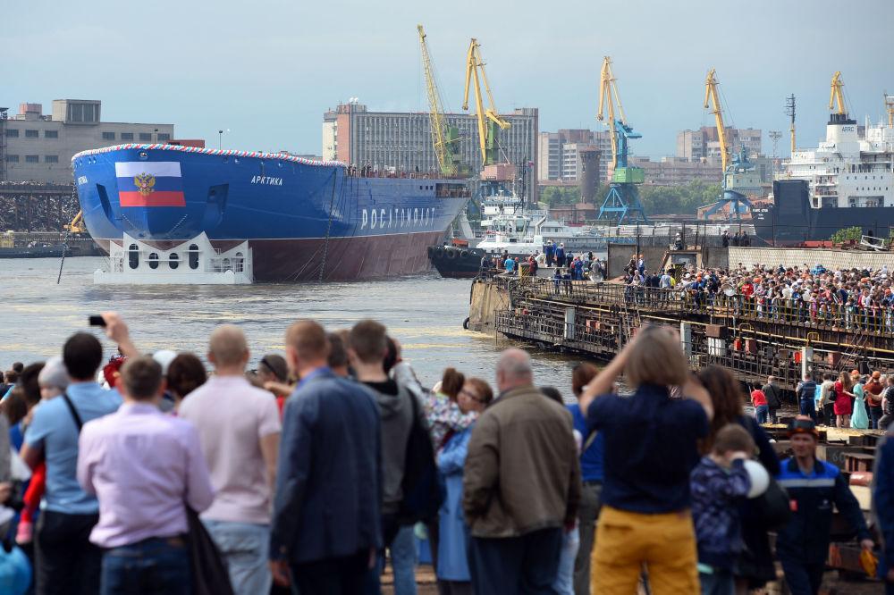 Le nouveau brise-glace à propulsion nucléaire le plus puissant du monde baptisé Arktika (Arctique) a été mis à l'eau aux chantiers navals de la Baltique à Saint-Pétersbourg