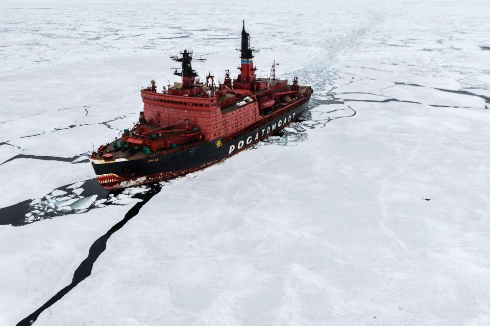 Le brise-glace à propulsion nucléaire Yamal en mer de Kara lors de l'expédition de recherche Kara-hiver 2015