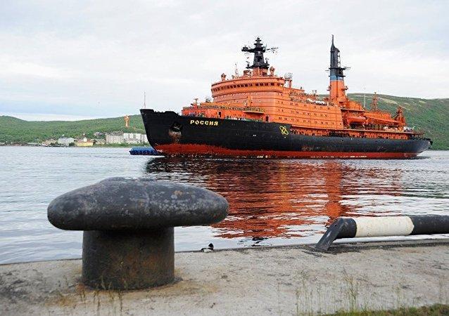Le brise-glace russe Rossiya avec des membres de l'expédition polaire à bord retourne dans son port de Mourmansk