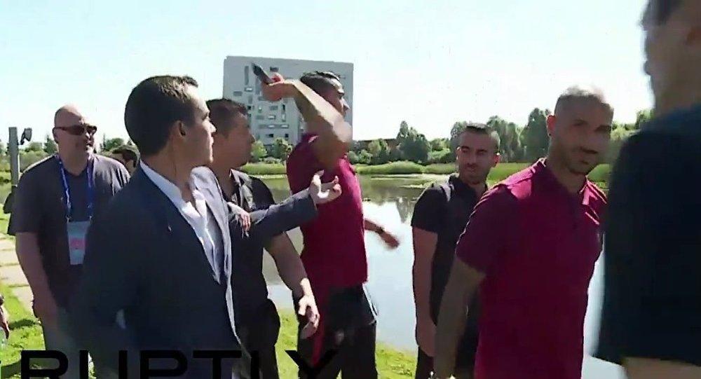 Cristiano Ronaldo jette le micro d'un journaliste à l'eau