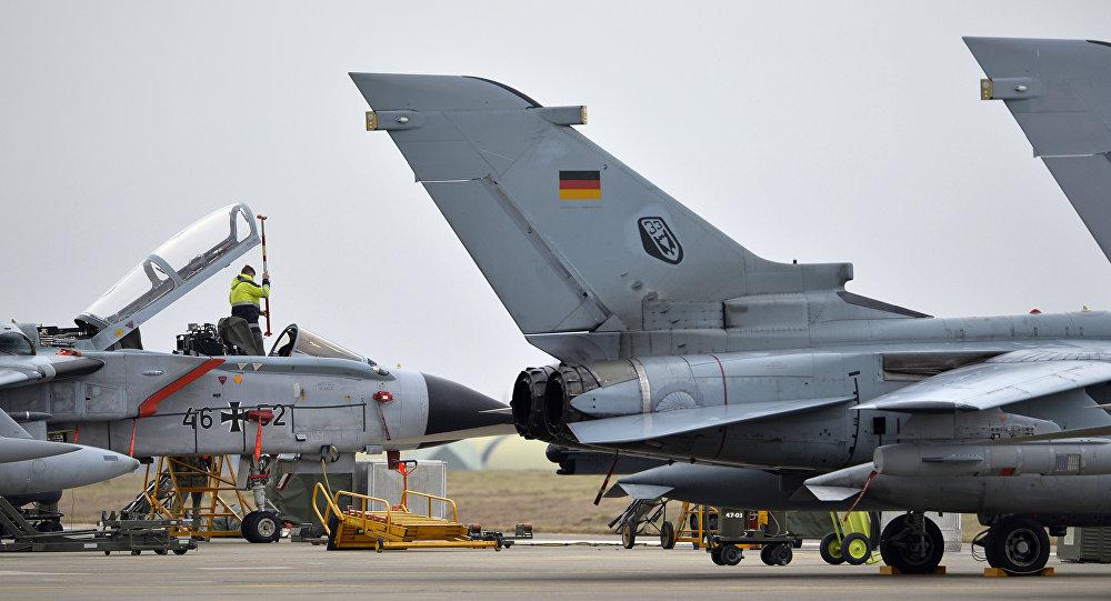 Un technicien travaille sur un jet allemand Tornado à la base aérienne de Incirlik, en Turquie.