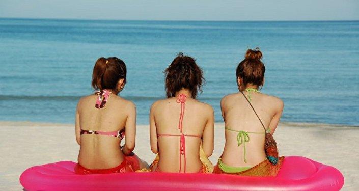 Des jeunes filles sur la plage