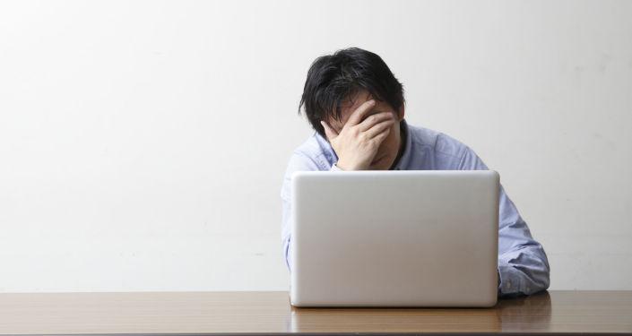 Une personne devant un ordinateur