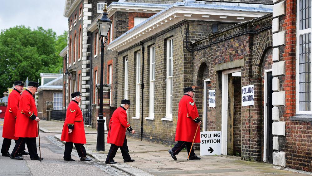 Les retraités de l'Hôpital Royal de Chelsea vont dans un bureau de vote afin de voter lors du référendum britannique sur la sortie de l'Union européenne