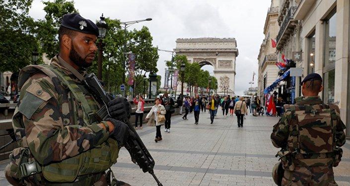 Patrouille de soldats français dans les rues de Paris.