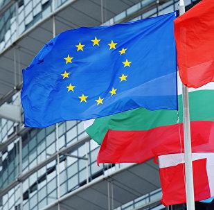 Le drapeau de l'UE devant le siège du parlement européen à Strasbourg