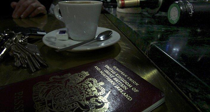Un passeport britannique européen sur une table de café à Paris