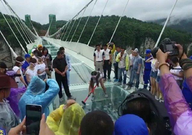 Chine, on essaye de briser le plus long pont de verre suspendu