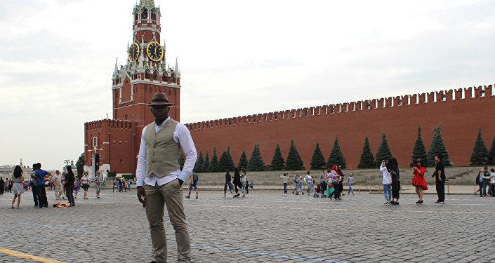 Léopold Tchape Sidjui, soliste du groupe Maroussia, sur la place Rouge