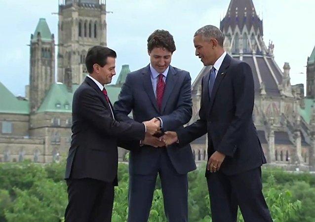 La triple poignée de main des amigos