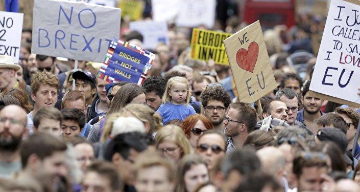 Les gens tiennent des banderoles lors d'une manifestation Marche pour l'Europe contre la décision de la Grande-Bretagne de quitter l'Union européenne, dans le centre de Londres, Royaume-Uni le 2 juillet, 2016