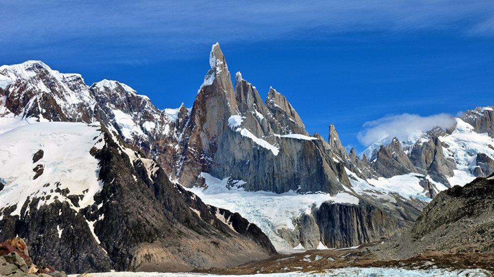 Le Cerro Torre est un sommet de Patagonie, situé à la frontière entre l'Argentine et le Chili. Ce sommet incroyablement beau a été vu pour la première fois en 1953 par les alpinistes français Lionel Terray et Guido Magnone.